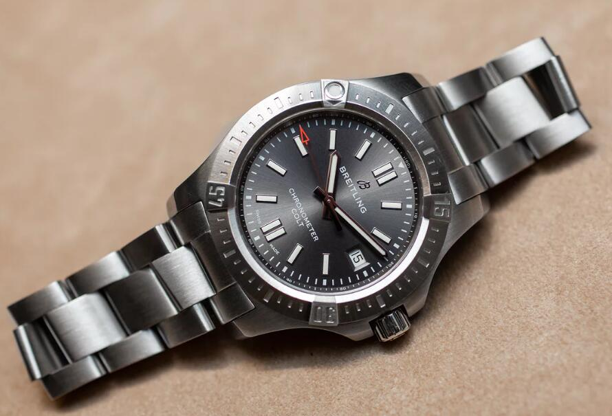 Practical Breitling duplication watches are made of steel.